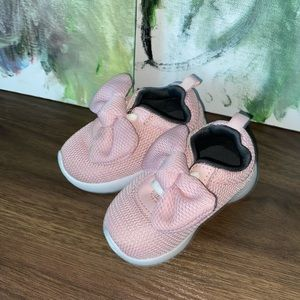 Toddlers pink bow shoes